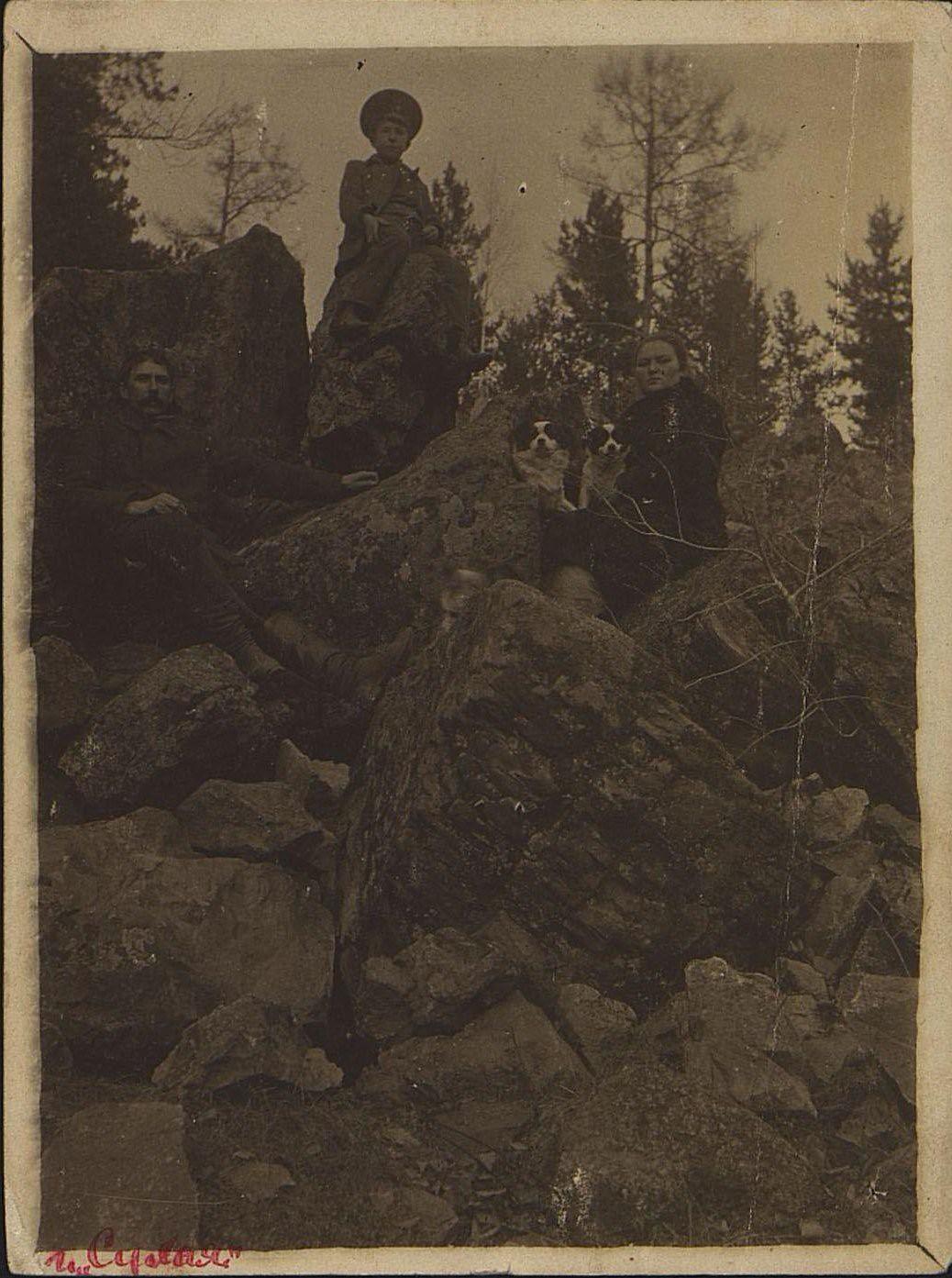 1913. Валентин Иванович, бывший матрос броненосца «Потёмкин», его жена и Диковский Григорий, гимназист.