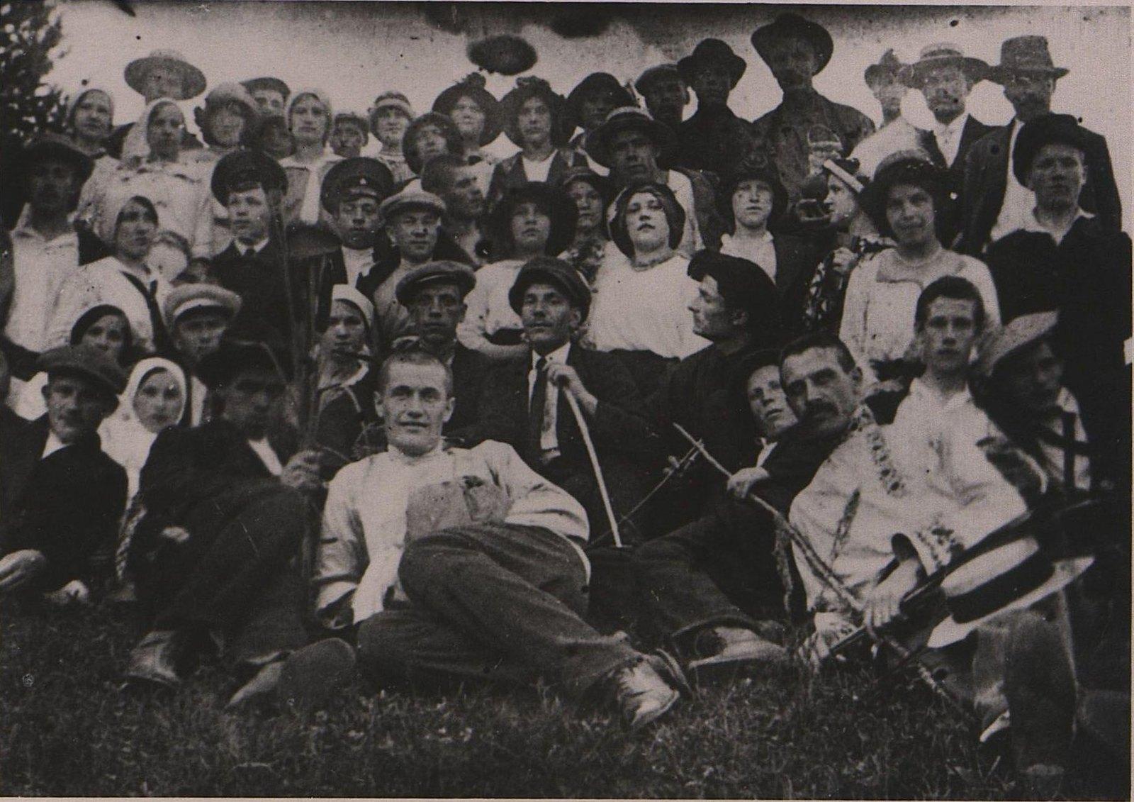 1917. Учащиеся Пречистенских рабочих курсов во время экскурсии во Влахернский монастырь.  Москва
