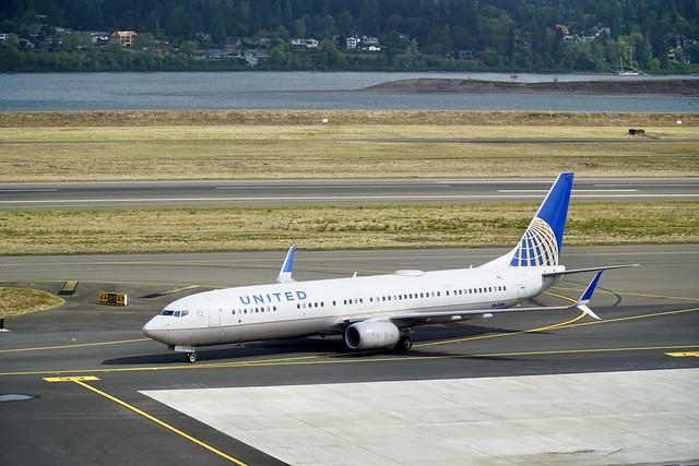 UA Boeing 737-900ER N61886