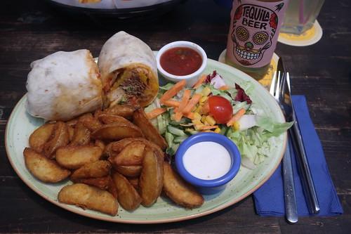 Burrito Pavo (= mit Pulled Turkey gefüllter Burrito mit Kartoffelspalten, Salat, Sauerrahm und Salsa)
