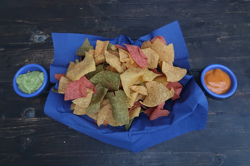 Hausgemachte Mexican Tortilla Chips mit Guacamole und Smokey-Chili-Dip