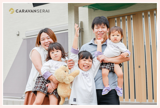ご自宅の玄関前で家族写真
