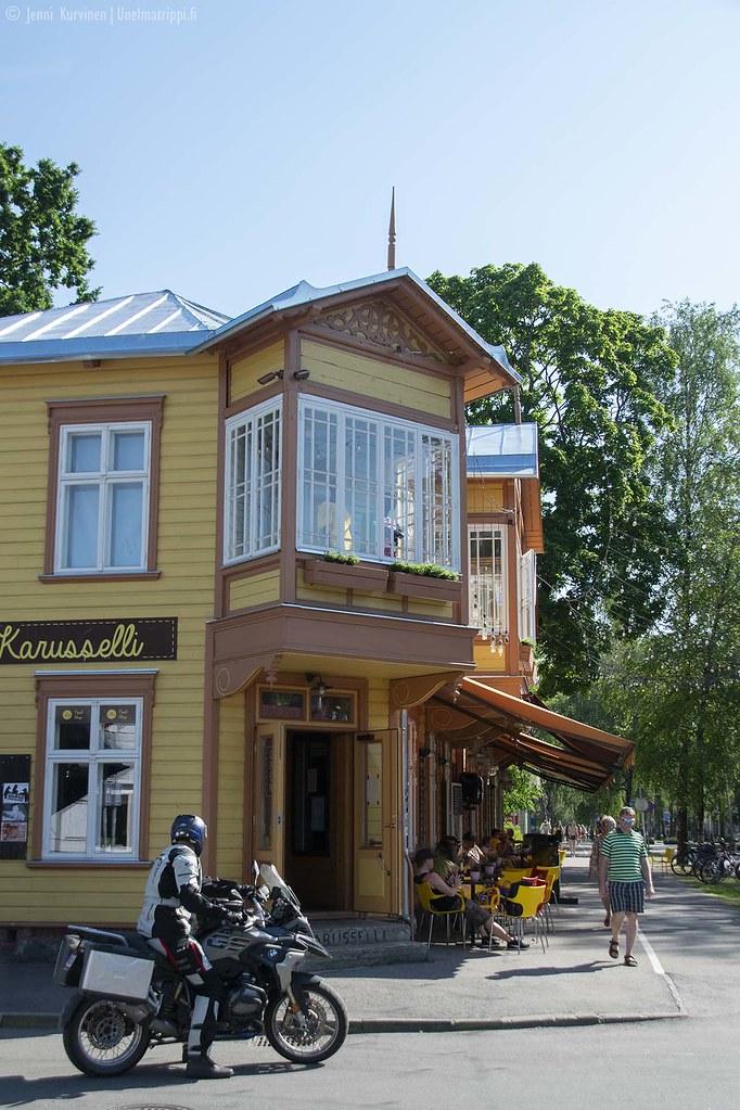 Kaunis puurakennus Pärnussa keskustasta rantaan menevällä tiellä