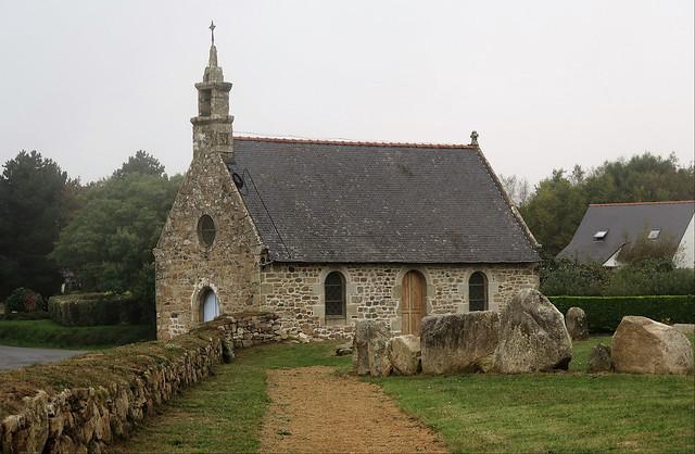 Penvénan, Chapelle St-Gonval et pierres d'enceinte du tumulus de Tossen Keller (ca. 2 300 av. J.C.)
