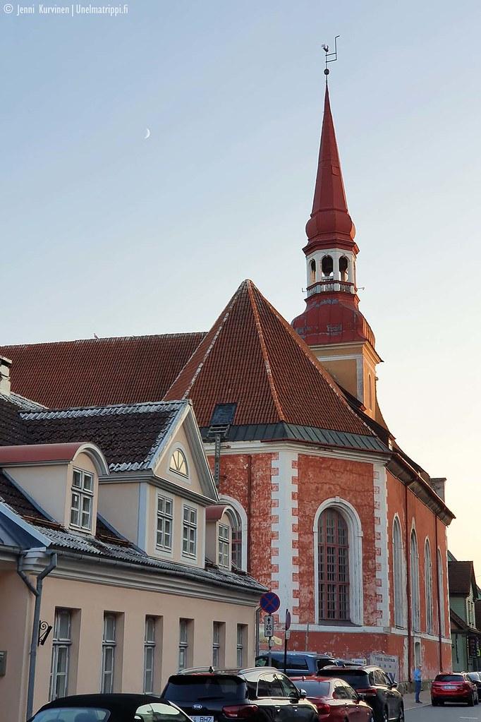 Vanhoja rakennuksia Pärnun keskustassa kesäiltana