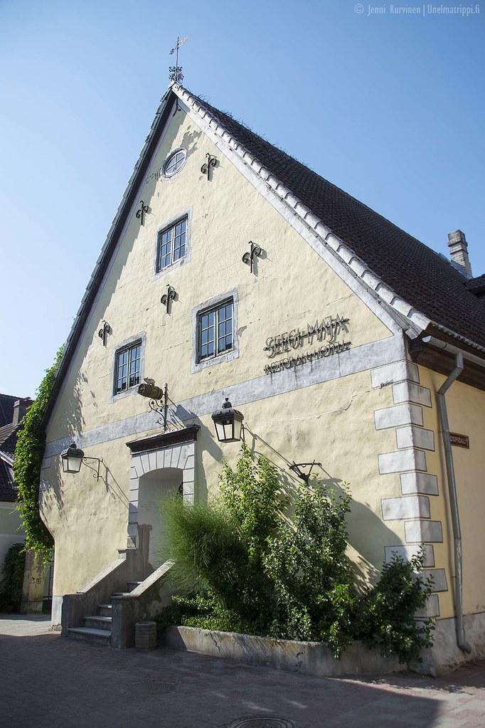 Vaaleankeltainen vanha kivirakennus Pärnun keskustassa