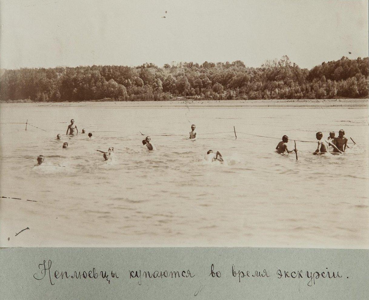 37. Учащиеся купаются в водоеме во время экскурсии