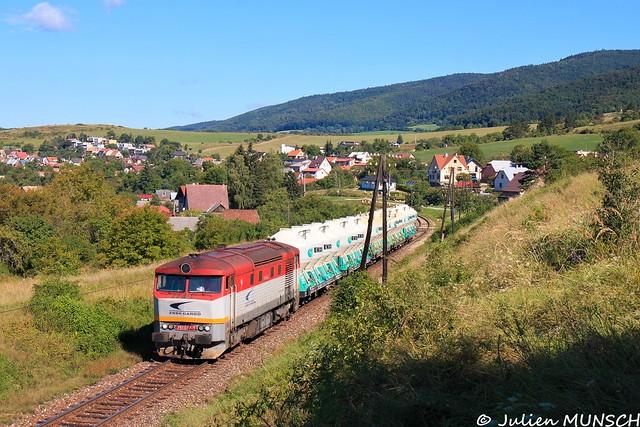 Passage à Ráztočno du 751 047 en tête du Pn68321 Nováky->Horná Štubňa.