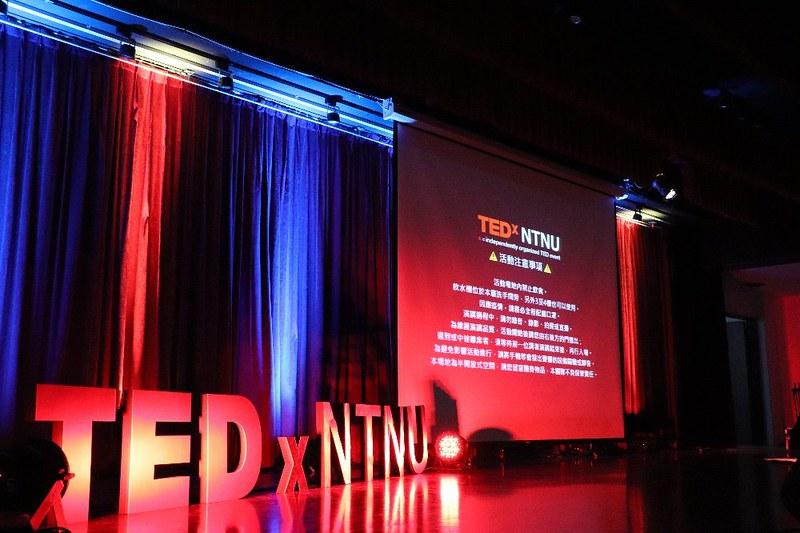 TEDxNTNU開場畫面,仔細提醒觀眾注意事項。