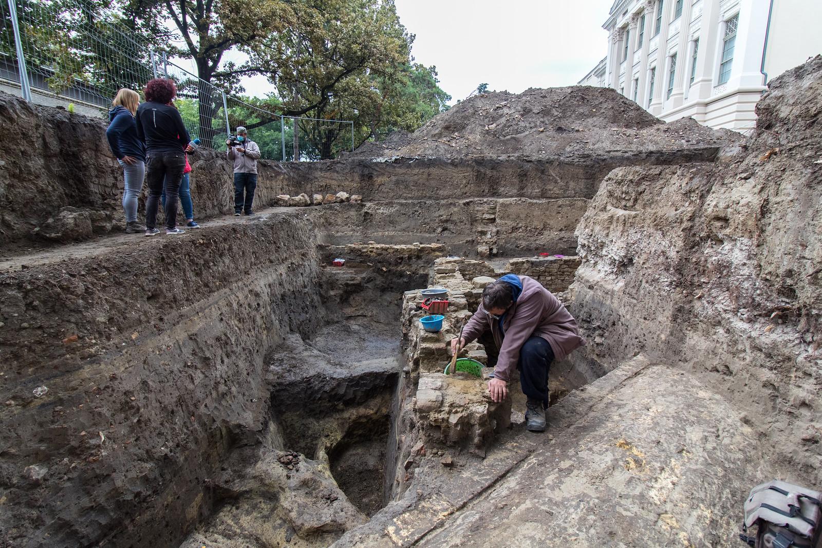 Sokszáz éves, törött, színes kerámiák egy nagy gödörben