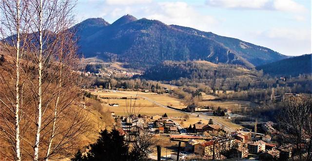 Llanars, al fons la muntanya de Sant Antoni. (Ripollès)