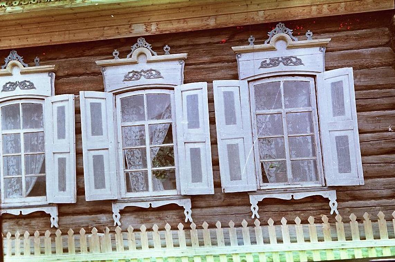 Наличник и ставни окна дома.  Баргузинский р-он, с. Уро (1)