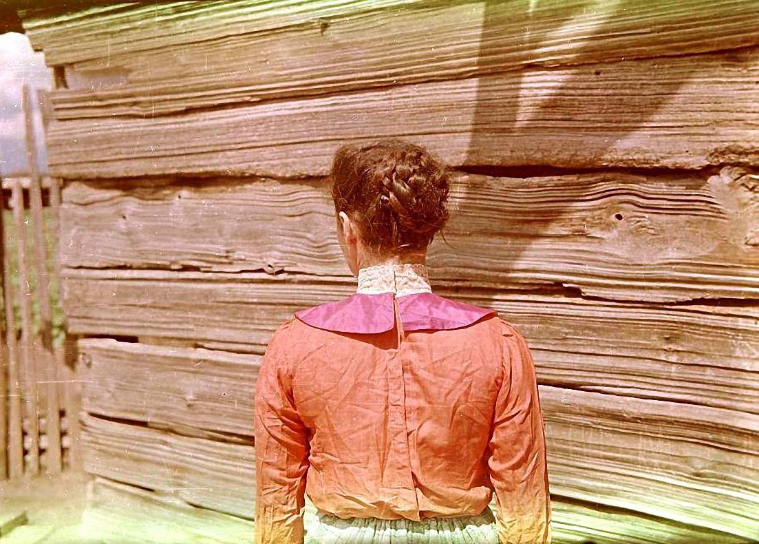 Б.Я. Волчок в старинном русском платье, вид сзади. Баргузинский р-он, с. Алга