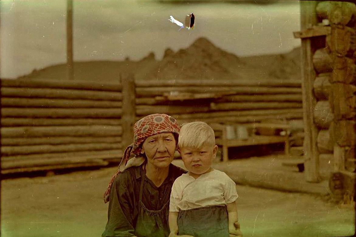 Бабушка с внуком. Баргузинский р-он, с. Алга