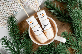Top view, marshmallow snowmen in a cup of cocoa with branches of a christmas tree | by wuestenigel