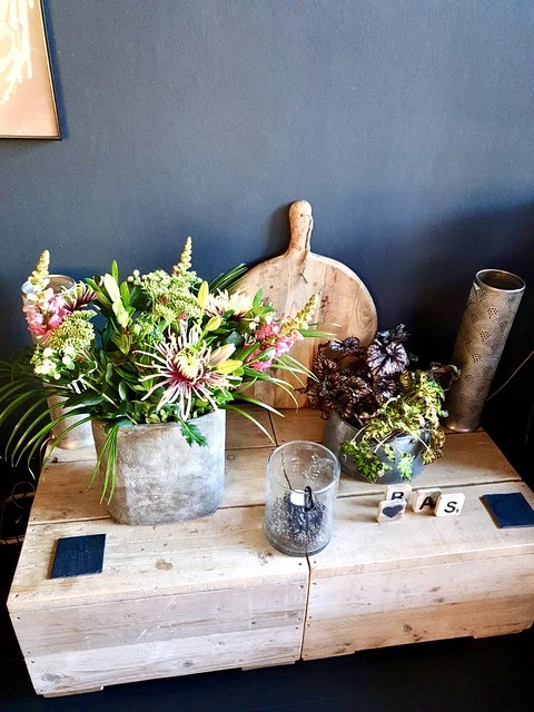 Geraniums boeketje houten plank windlicht