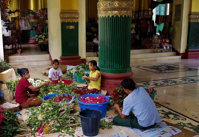 MYANMAR, Burma -Unterwegs in Yangon, - Eingang (West) zur Shwedagon - Pagode , 78020/13024