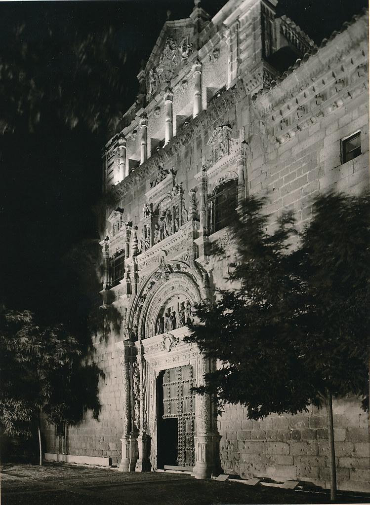 Toledo iluminado, foto nocturna de un álbum editado en 1961 con fotografías de Juan Miguel Pando Barrero. Colección Personal de Eduardo Sánchez Butragueño.