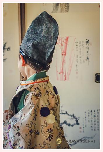 水干と烏帽子を身に着けた男の子の後ろ姿 七五三のロケーションフォト