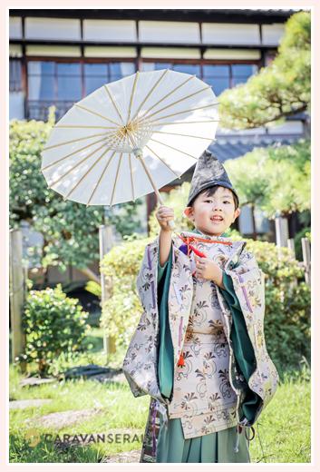 どうだん亭の日本庭園で七五三の前撮り 水干と烏帽子が衣装の男の子