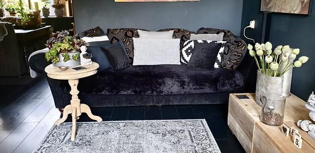 Zwarte veloursbank wijntafel vintage carpet