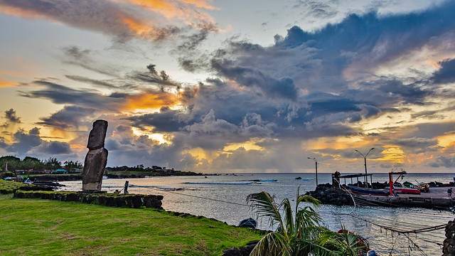 Isla de Pascua, Chile. Atardecer en la caleta Hanga Roa Otai con el Ahu Otake y su moai.