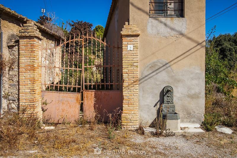 Casa y fuente en Les Guixeres de Vilobí