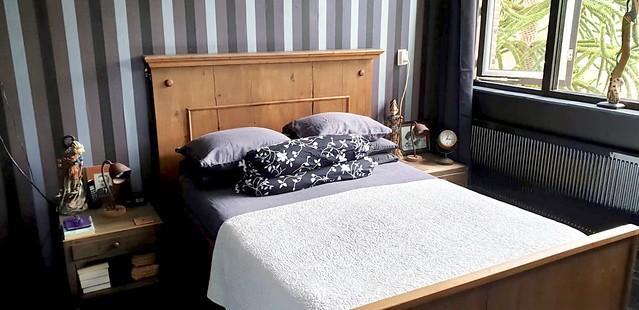Houten bed slaapkamer gestreept behang