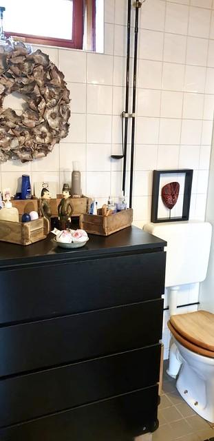 Zwarte kast in de badkamer krans