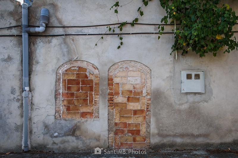 Puerta y ventana tapiadas en Bellver de Vilobí