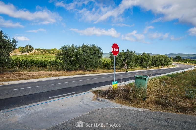 Cruzando la carretera BV-2127 cerca del km 7