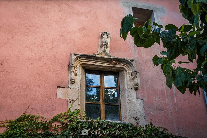 Ventana sobre la puerta de Cal Romeu en Vilobí del Penedès
