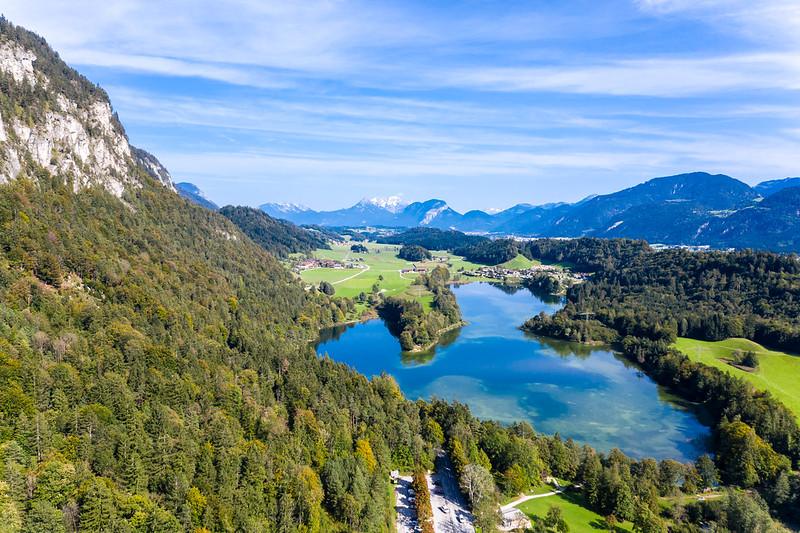 Wasserreiche Alpenlandschaft in Tirol. Anglerparadies Reintaler See von oben gesehen
