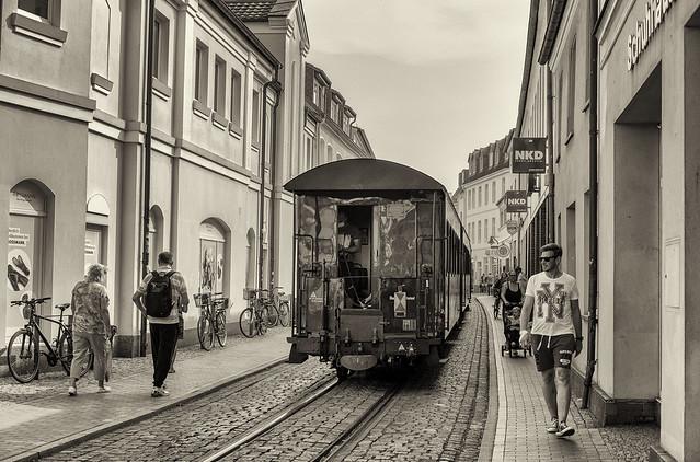 Mecklenburgische Bäderbahn Molli: Dampfzug in der Mollistraße in Bad Doberan