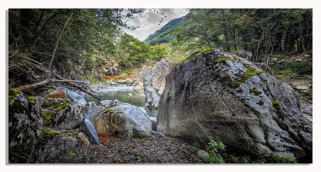 """"""" Va donc d'instant en instant comme on improvise un chemin de rocher en rocher pour traverser le torrent."""" De Benjamin Kunkel"""