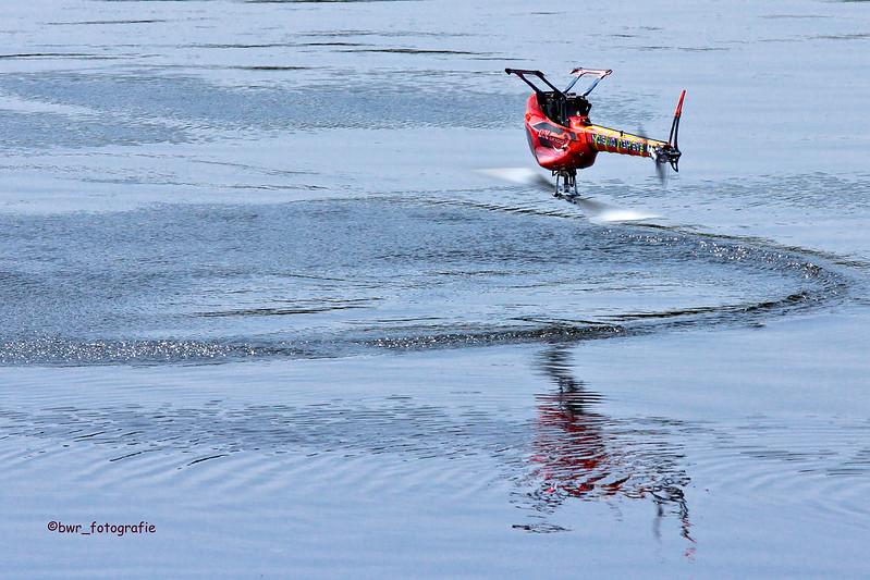 Hubschrauber steht kopf
