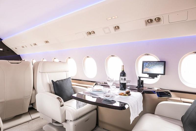 La rapidez, efectividad, sofisticación y la privacidad de un vuelo en uno de estos aviones son el gran argumento de corporaciones y privados para volar en ellos, aunque también es elemento de critica hacia algunos mandatarios.