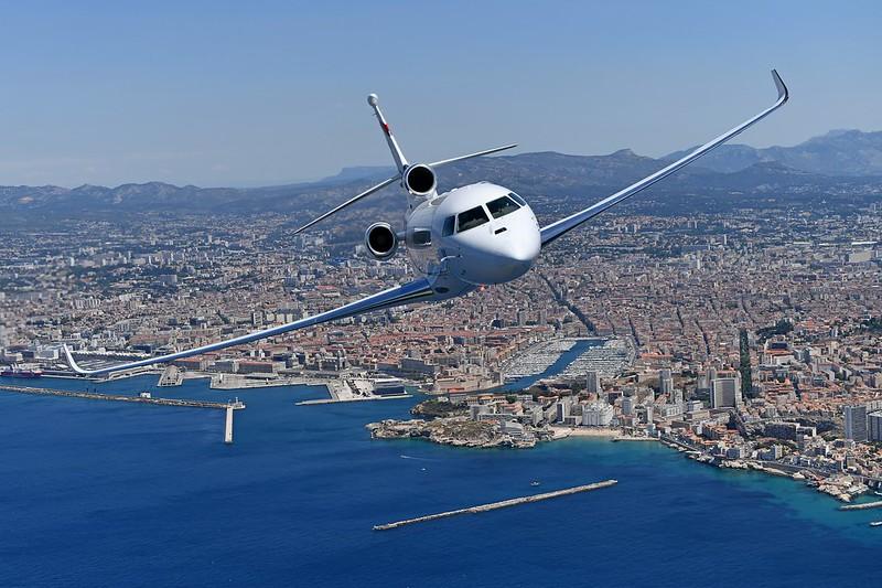 Un Falcon 8X vuela sobre el Mediterráneo tras despegar del aeropuerto de Marsella.
