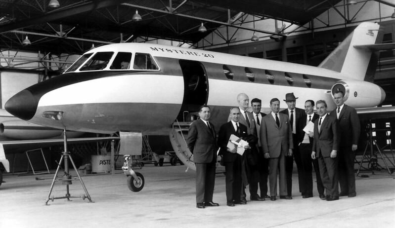 La delegación de Pan Am, dirigida por Charles Lindbergh y un grupo de directivos de Dassault, posan junto al prototipo del Mystère 20.
