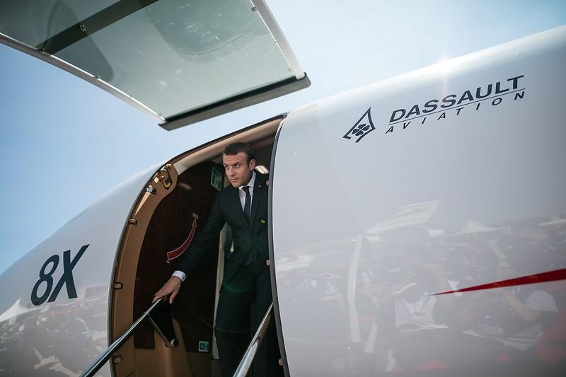 Emmanuel Jean-Michel Frédéric Macron sale de un Falcon 8X tras una visita al salón de la aviación de Le Bourget