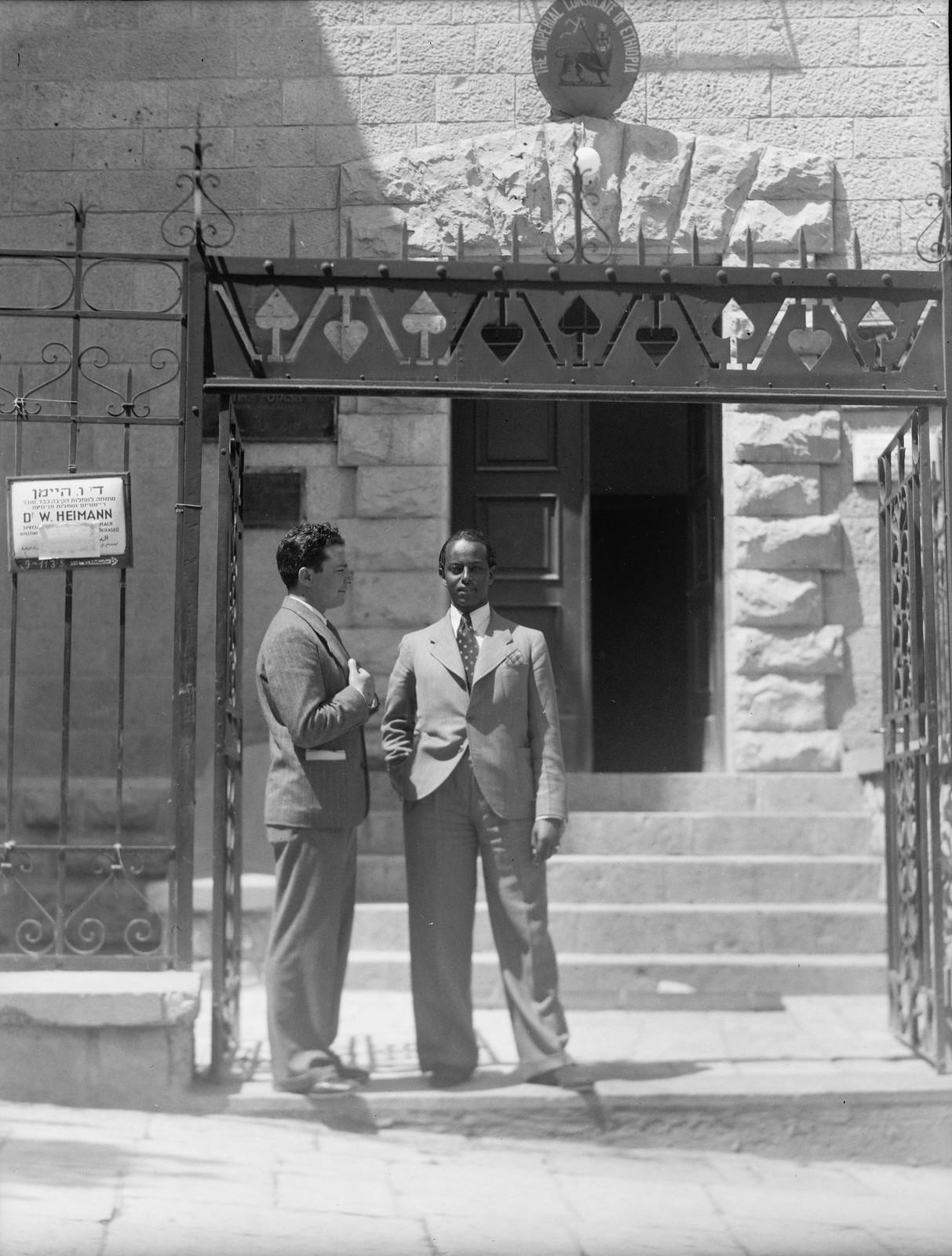 14. Джейкоб Саймон в Лоде с эфиопским консулом