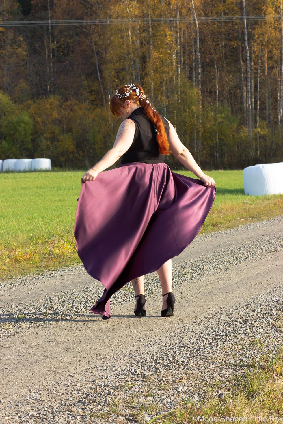 Juhla-asu-kolmekymppisille-violetti-hame