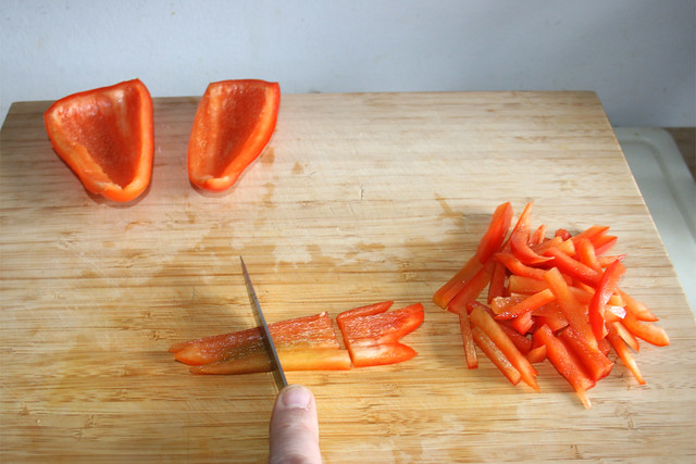 13 - Cut bell pepper in slices / Paprika in Streifen schneiden