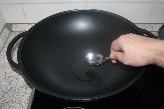 18 - Heat oil in wok / Öl in Wok erhitzen