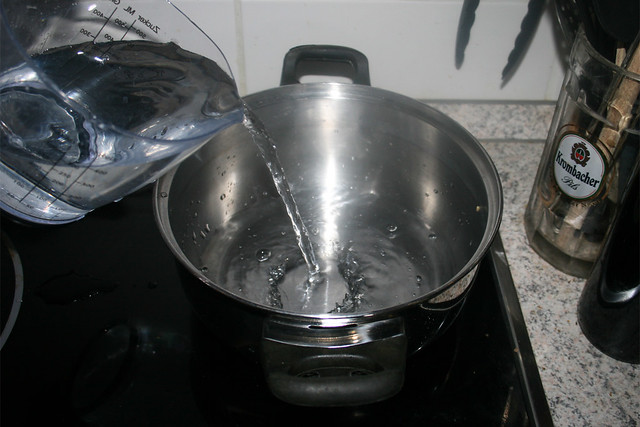 17 - Bring water in pot to a boil / Wasser in Topf erhitzen