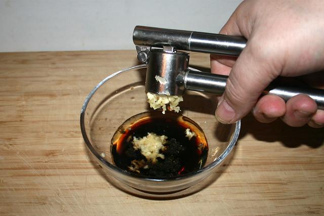 04 - Squeeze garlic / Knoblauch dazu pressen