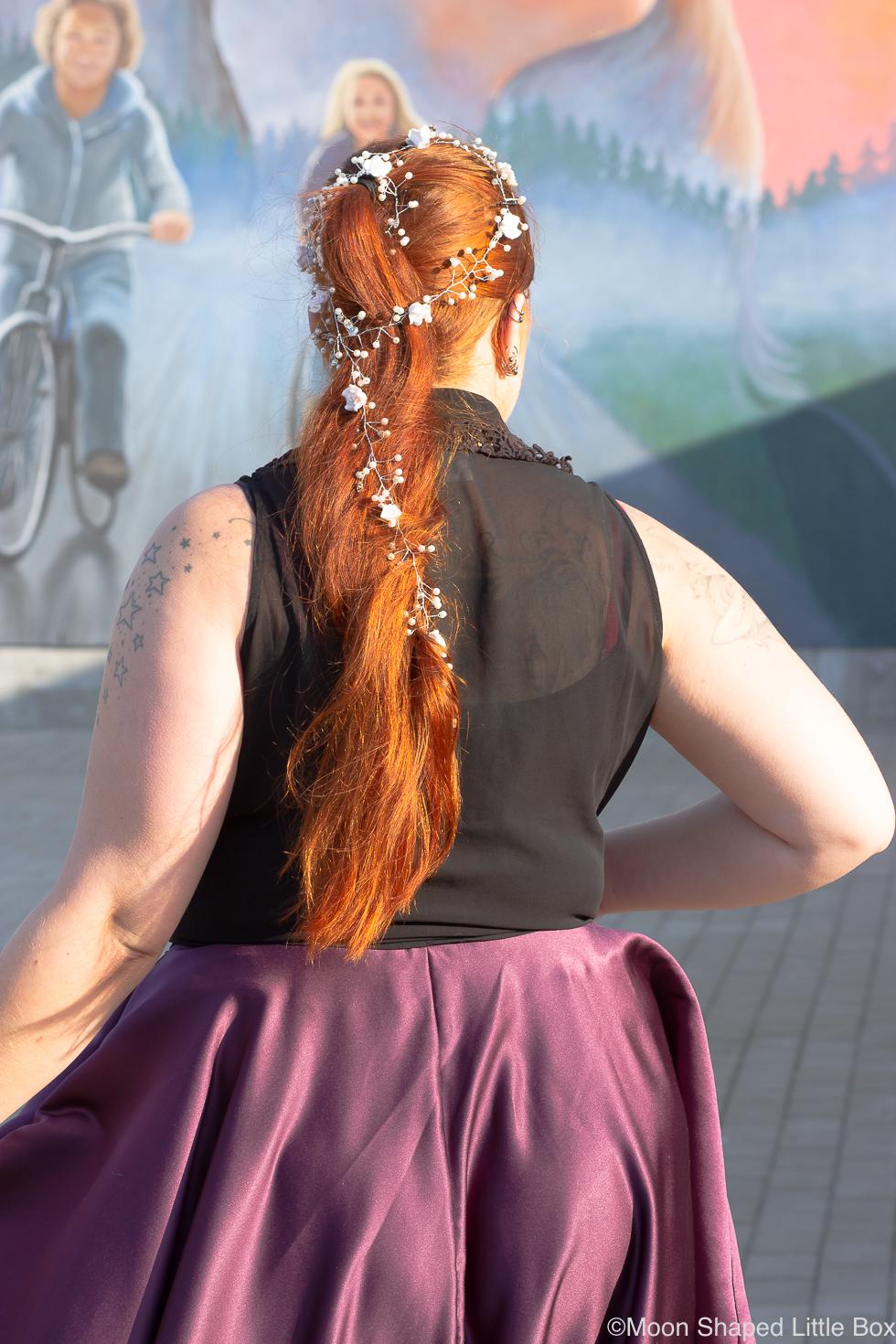 Valkoinen-hiuskoriste-helmilla-kampaukseen