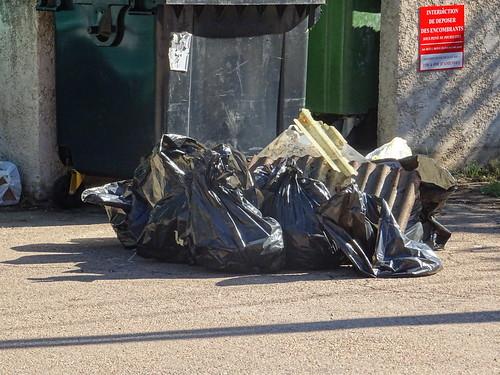 Sacs de déchets rassemblés aux containers de Bruscaghju