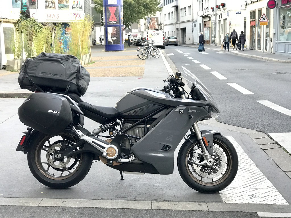 Moto Zero SRS/S chargée pour un long voyage