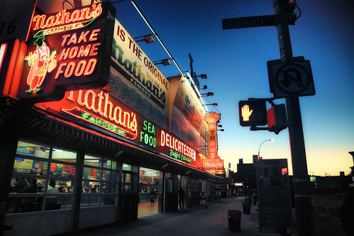 usa nyc newyorkcity brooklyn coneyisland nathans bluehour heurebleue néon neon canoneos6d canonef24105mmf4lisusm urbanlandscape paysageurbain ciel sky twilight night nuit ville town restaurant vitrine fenêtre window trottoir pavement sidewalk sign enseignelumineuse sunset